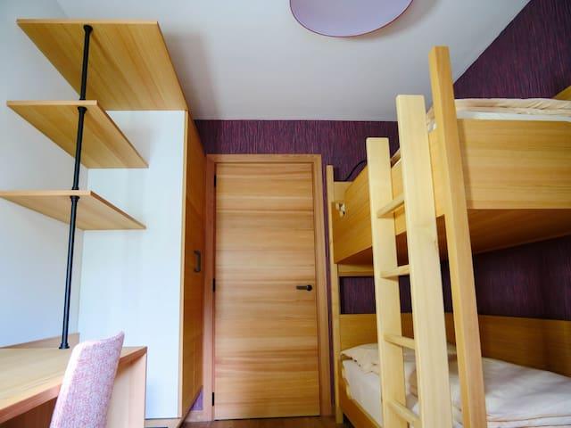 Das kleine Schlafzimmer mit Stockbett