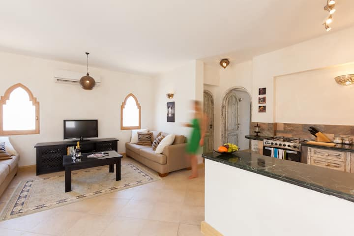 Red C Villas: Spacious apartment with shared pool