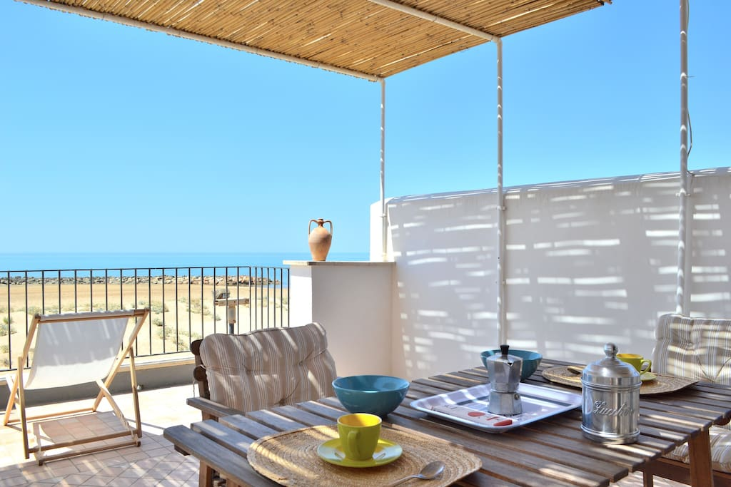 The lovely terrace where you will enjoy the beautiful view - Dettaglio del terrazzo con vista mare