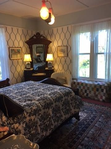 Historic room in Italianate house - Cutchogue - Bed & Breakfast