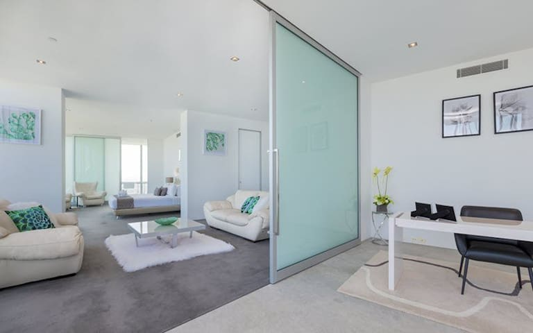 Q1 Presidential Penthouse with Private Pool lvl 74 - Master bedroom, Private lounge and office
