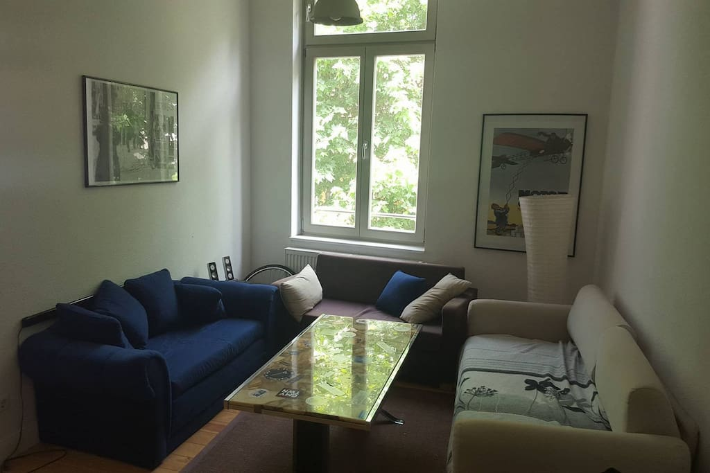 Ebenfalls vorhandenes Wohnzimmer mit Couchlandschaft