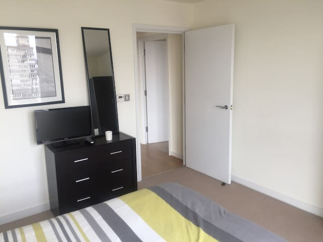 Great Location, Modern Flat, Stunning views & Gym - Londyn - Apartament