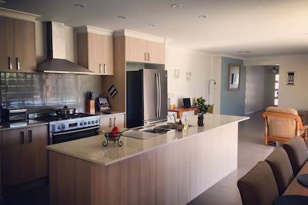 Modern 4BR Home. 22km from Melb CBD with WIFI - Truganina - Hus