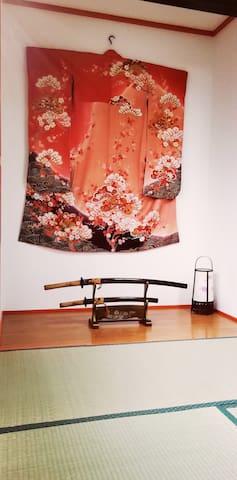 1st floor Japanese-style bedroom Kimono and imitation sword etc 1楼日式卧室. 和服和仿剑等.