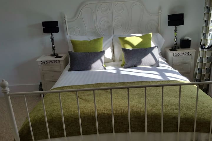 Farmhouse B&B - Classic Double/Ensuite Shower Room - Milton Keynes - Bed & Breakfast