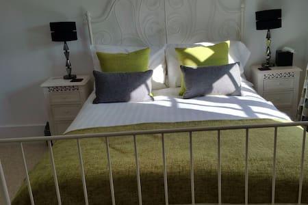 Farmhouse B&B - Classic Double/Ensuite Shower Room - Milton Keynes - Bed & Breakfast