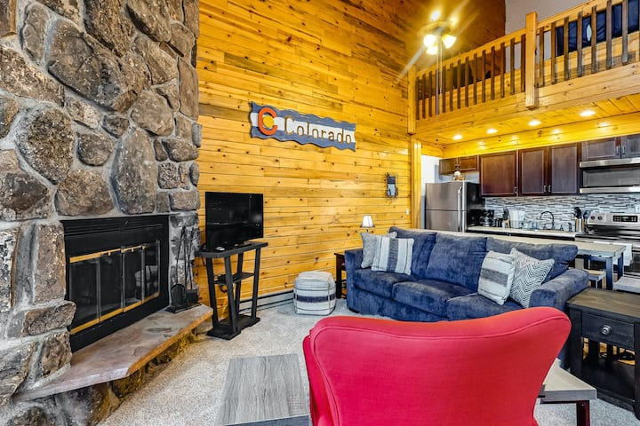 Charming Lofted Getaway Near Skiing W/ Shared Pool/Hot Tub & Private Balcony!