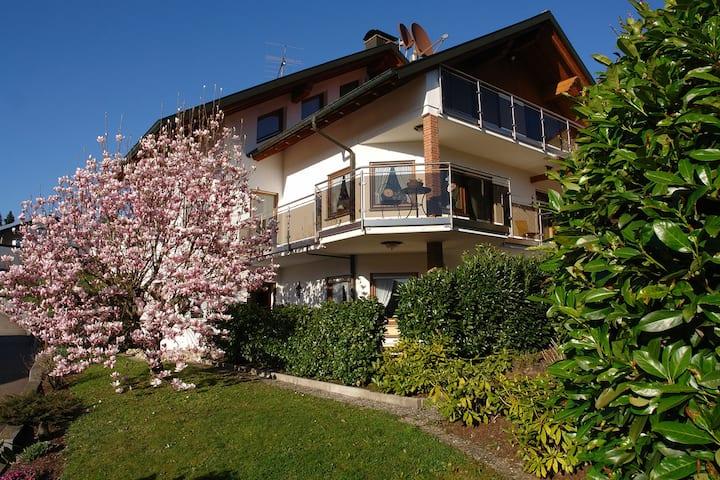 Schwarzwälder Ferienwohnungen - Haus Sonnhalde, (Seelbach), Whg. 3 Puppenstübchen, 50qm, 1 Schlafraum, 1 Wohn-/Schlafraum, WC und Dusche und Bad