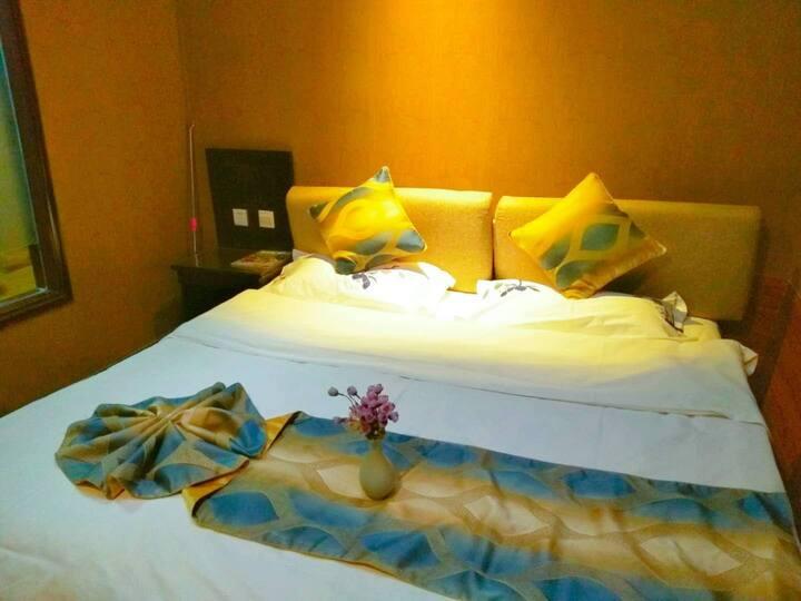 鸣沙山月牙泉景区边可以看星星的房间/特色小镇小吃云集/2米大床