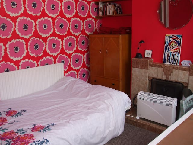 Colourful room in artists house - Loughborough - Talo