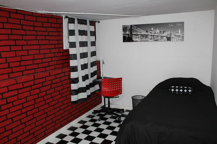Budget Private Basement Room Minutes to NYC!