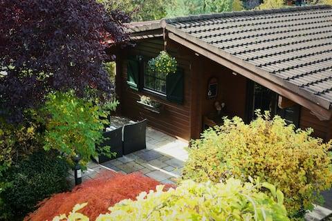 Дом отдыха Berliner в зеленом саду с бассейном.
