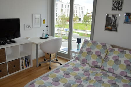 Comfortable room near exhibition centre and U2 - Munich - Appartement