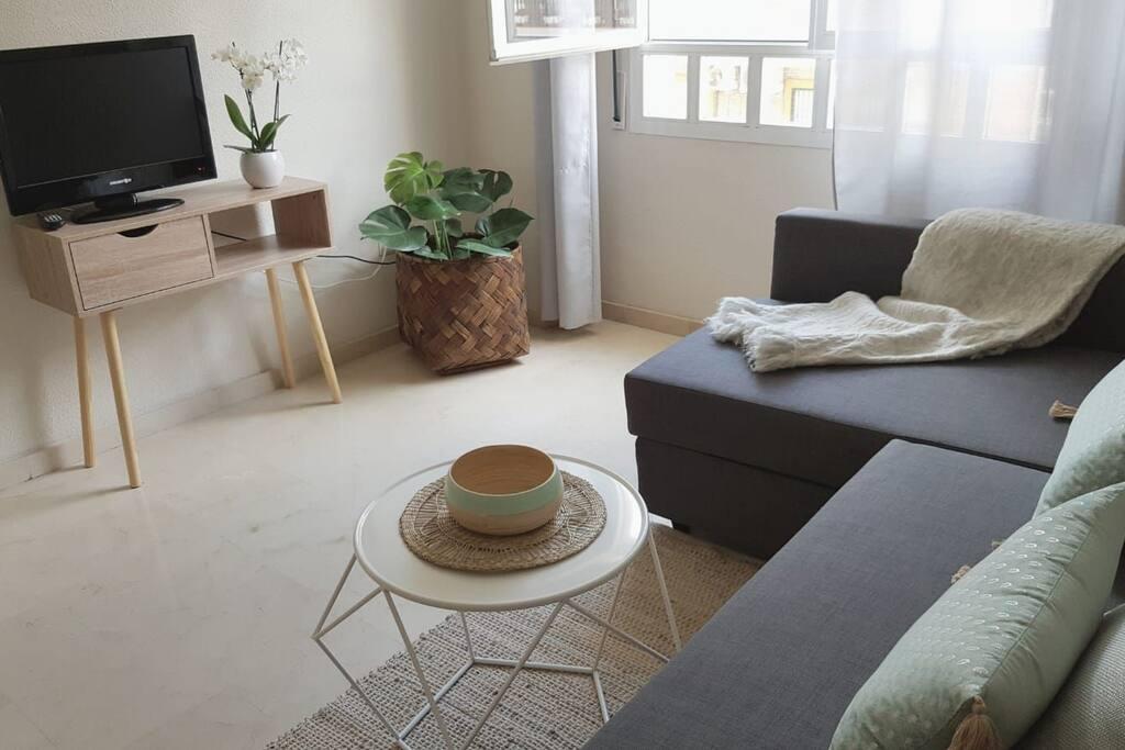 Salón con amplio ventanal que aporta agradable luz natural a la estancia.