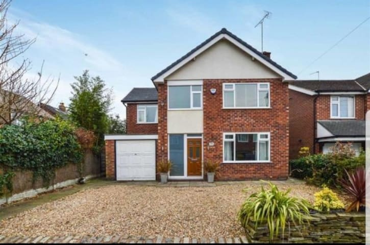 UNFURNISHED Modern House in Bowdon