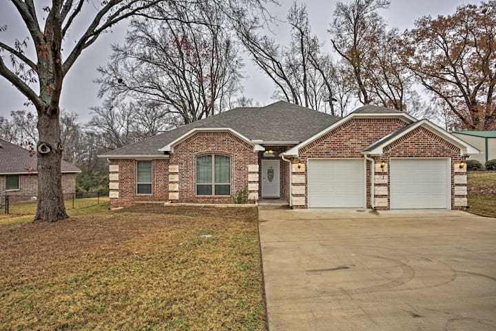 Quiet Lindale Home - 10-Min Walk to Love and War!