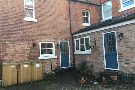 2 bedroom self catering cottage for up to 6 people - Ellesmere Port - 단독주택