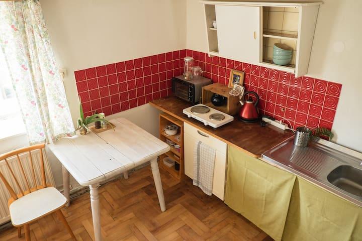 Unser Hinterstübchen besitzt eine integrierte Mini-Küche. Es ist alles da um sich selbst zu versorgen.