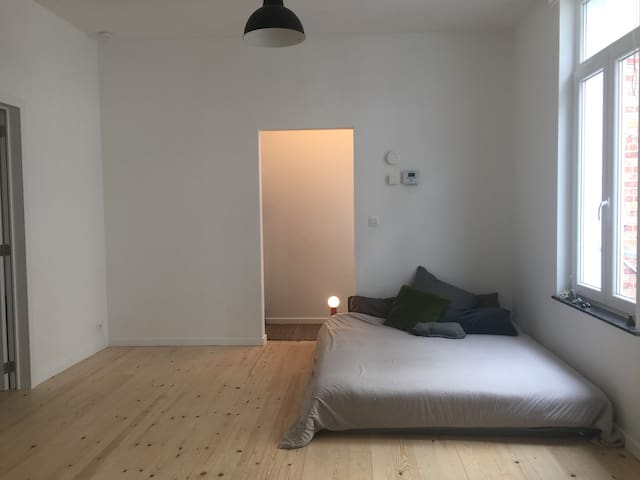Cozy flat one block away from Parvis St. Gilles