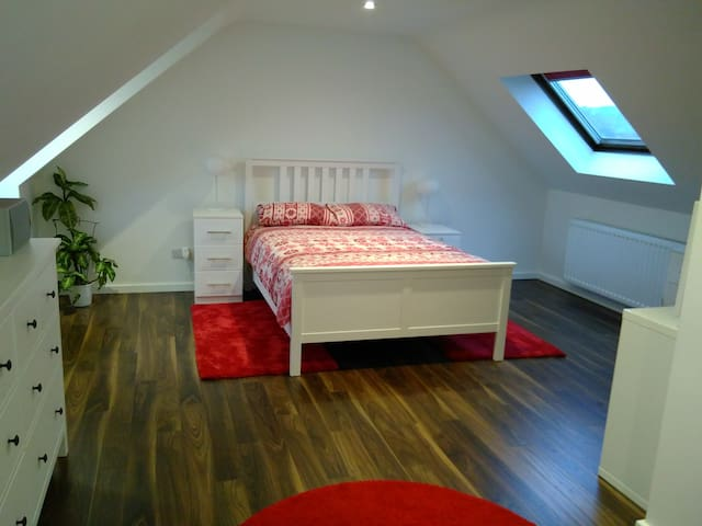 Spacious double room with en-suite and parking