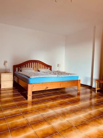 Großes Schlafzimmer.
