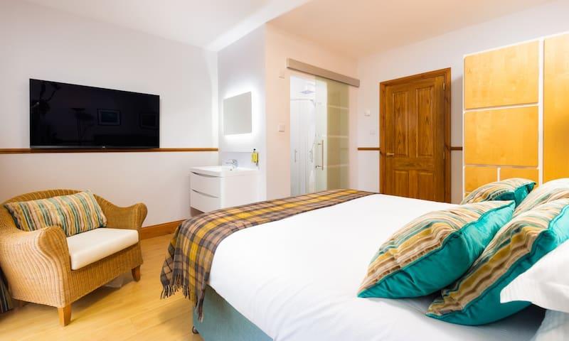 Bedroom 2 with kingsize bed and en-suite bathroom
