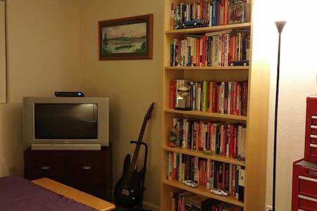 Nice Room, Close to Everything - Kirkland - 公寓