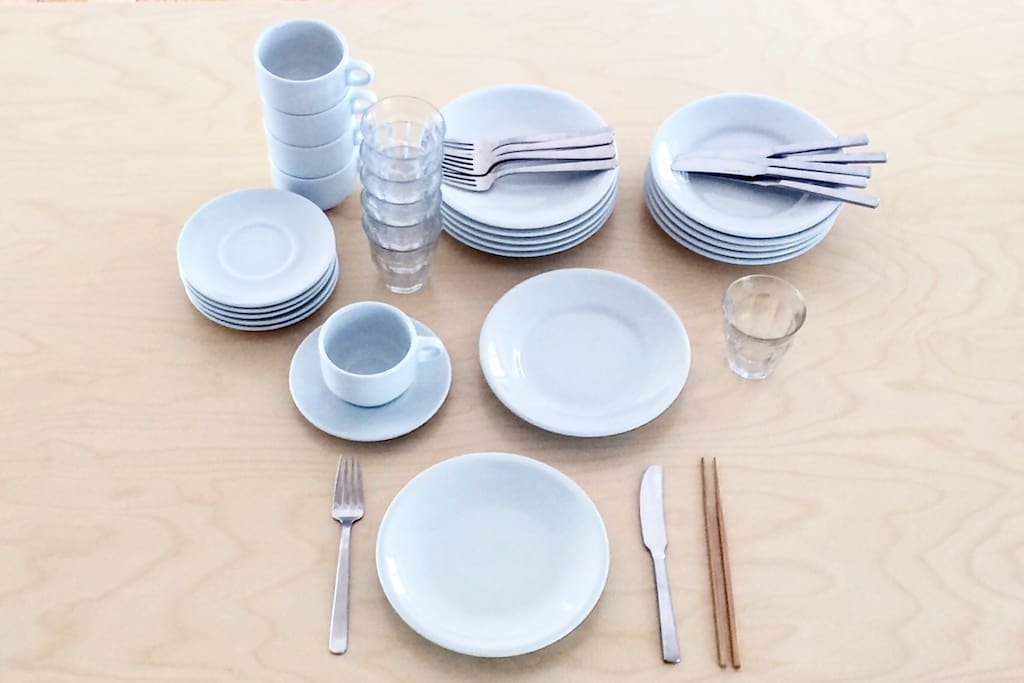 We are preparing table wear for five people including dishes, cutlery etc. Everything selected not only ease of use but also quality one.  プレート、カトラリーなど 5人分のテーブルウエアも ご準備しています。どれも使い易さだけでなく、品質も確かなものをセレクトしました。