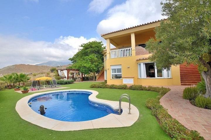 Exclusive villa with pool in prestigious area