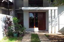 Halaman depan rumah dilengkapi tempat parkir pribadi dan gerbang yang bisa dikunci.  A private parking space with gate that can be locked.