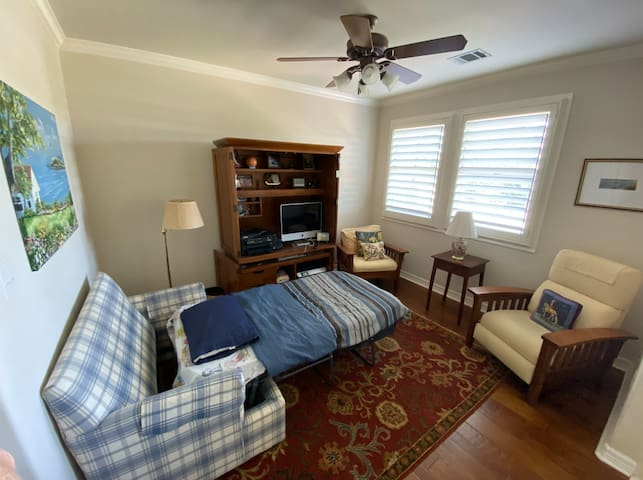 Budget Single Person Bed near Downtown Austin