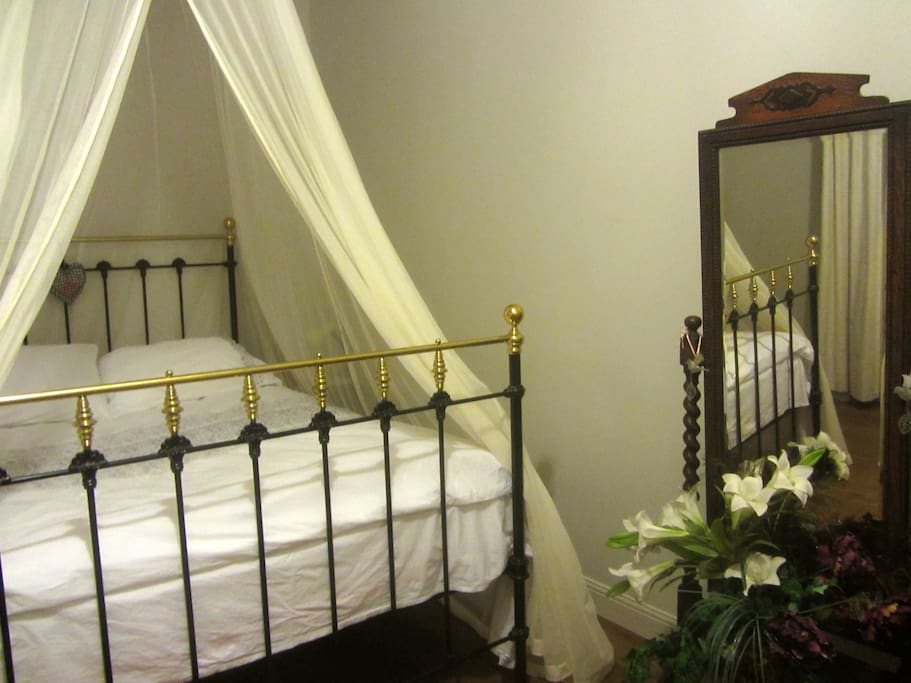 UK King size Victorian bed. Quality cotton bedlinen. 13m2 room. Oak floor and beams. Mosquito net gives an air of Romance.
