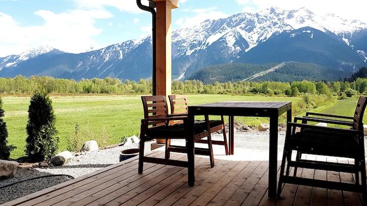 Endless views! Modern suite on organic family farm