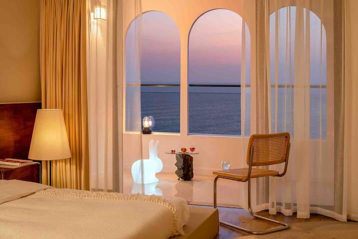 【几•宿】R-003 保利玥海  「高层一线海景公寓 | 日出 大床房」投影