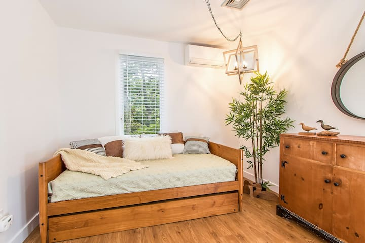 Gamboa: Trundle twin bed with woods views