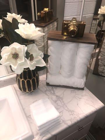 Sleek Modern Queen Bed Studio Apartment W/Kitchen