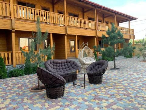 Очаровательная гостиница с бассейном.