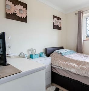 Single room with good travel links to Gatwick