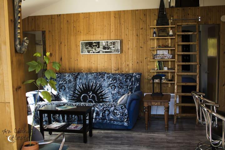 Un salon avec une pièce secrète en-haut des escaliers...?