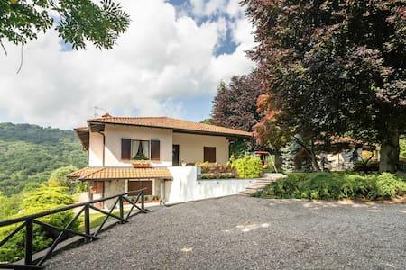 Amplia casa de vacaciones en Gignese con jardín