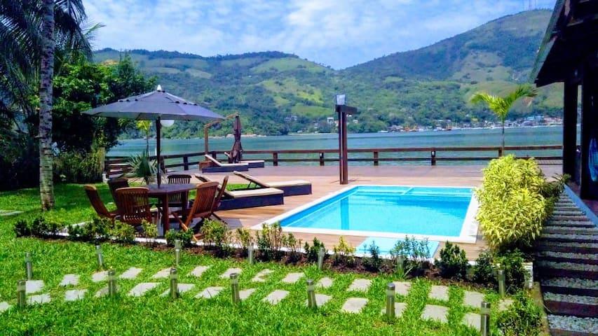 Casa maravilhosa com super deck privativo em Angra