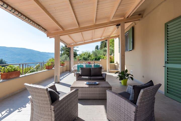 Our covered terrace has a great view and it's perfect for dining outside or relaxing in complete silence / la nostra terrazza coperta ha una grande vista ed è perfetta per mangiare all'aperto o rilassarsi nel completo silenzio