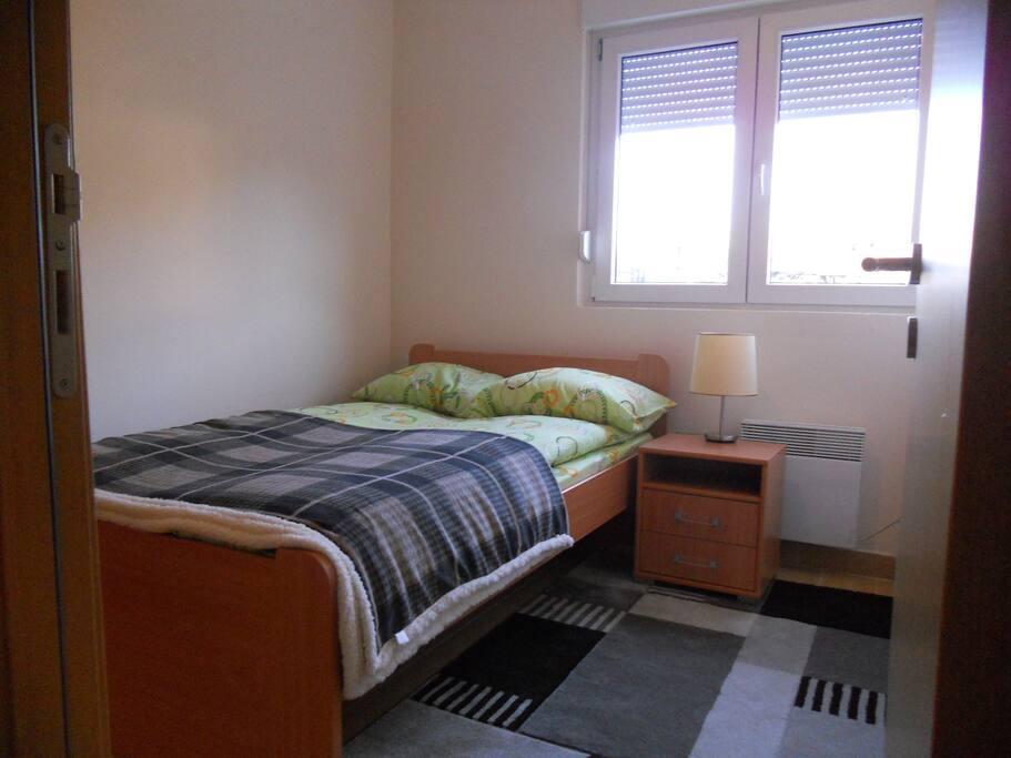Schlafzimmer, neues Bett und Matratze für 2 Personen.