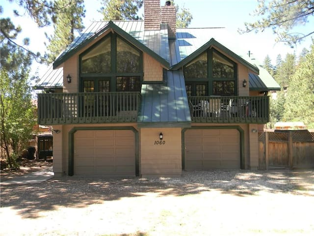 Fawn Retreat -Walk to lake-Large property sleeps 16 game room and spa!