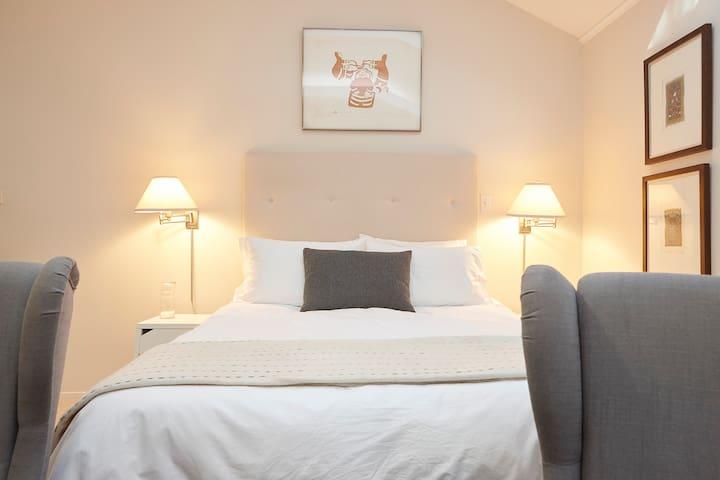 Queen bed, excellent reading lamps.