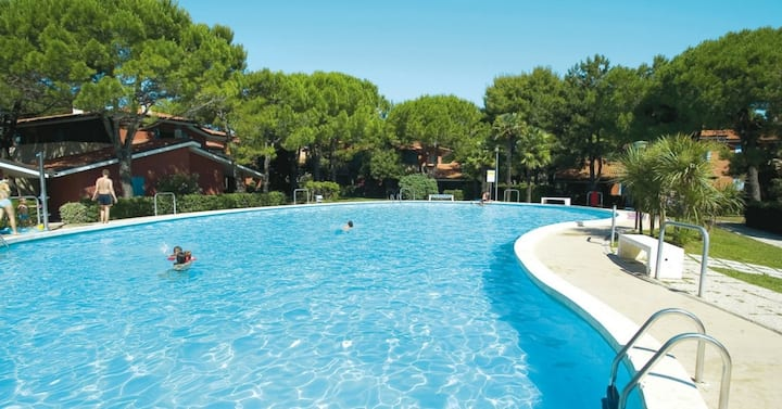 apt for 3+2 persons with pool in Bibione R39036
