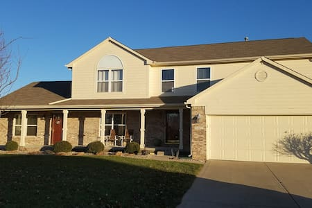Neighborhood Comfort 25 Min. to Anywhere in Indy! - Greenfield - Huis