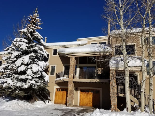 Rennovated Condo with Private Hot Tub in Beautiful Keystone Mountain Setting