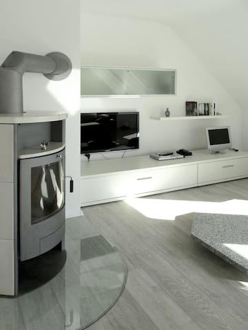 Helle Dachgeschosswohnung im Zweifamilienhaus - Duisburg - Apartamento